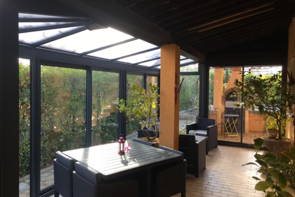 Véranda toiture polycarbonate vue intérieur